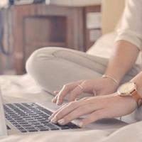 Ilusttasi gunakan laptop di atas kasur
