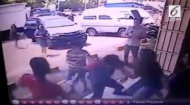Malang betul nasib sopir mobil box sebuah minimarket di Tomohon, Sulawesi Utara. Tidak salah apa-apa, Ia malah menjadi korban pemukulan.