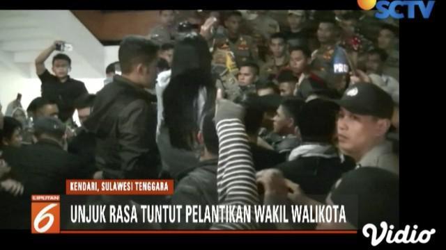 Unjuk rasa berlangsung ricuh saat massa Forum Rakyat Peduli Demokrasi tuntut pelantikan wakil wali kota Kendari.
