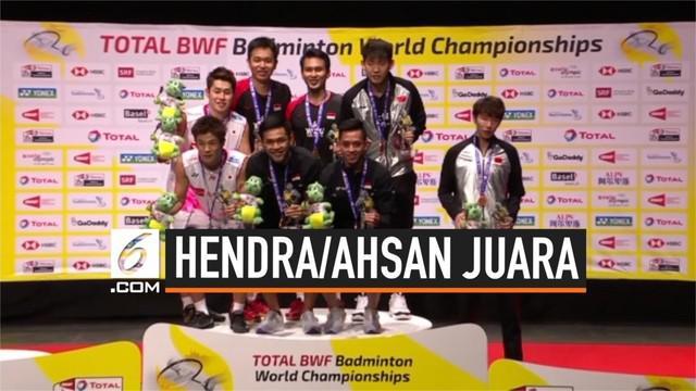 Ganda putra Indonesia Mohammad Ahsan dan Hendra Setiawan sukses raih emas di kejuaraan dunia bulu tangkis 2019 di Swiss hari Minggu (25/8/2019). Mereka tumbangkan Ganda putra Jepang di partai final.