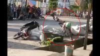 Apes, pembalap road race di Poso, Sulawesi Tengah, terjatuh dan masuk got. (@lintas_otomotif)