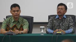 Menkominfo Johnny G Plate (kanan) memberikan keterangan usai pertemuan terpisah antara Dewan Pengawas Lembaga Penyiaran Publik (LPP) dengan Direksi TVRI, di Jakarta, Jumat (6/12/2019). Johnny meminta kisruh internal TVRI ini tidak berdampak pada program-program TVRI. (Liputan6.com/Johan Tallo)