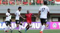 Aksi striker timnas Indonesia, Boaz Solossa saat menghadapi Fiji pada uji coba di Stadion Patriot Chandrabhaga, Bekasi, Sabtu (2/9/2017). Duel itu berakhir dengan skor 0-0. (Liputan6.com/Helmi Fithriansyah)