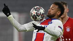 Penyerang Paris Saint-Germain (PSG), Neymar, mengontrol bola saat melawan Bayern Munchen pada laga Liga Champions di Allianz Arena, Kamis (8/4/2021). PSG menang dengan skor 3-2. (AFP/Christof Stache)