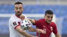 Striker Turki, Kenan Karaman (kanan) berebut bola dengan gelandang Norwegia, Mohamed Elyounoussi dalam laga Kualifikasi Piala Dunia 2022 Zona Eropa Grup G di La Rosaleda Stadium, Malaga, Sabtu (27/3/2021). Turki menang 3-0 atas Norwegia. (AFP/Jorge Guerrero)