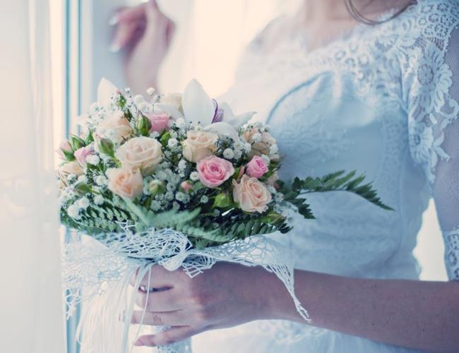 Menaruh koin di sepatu pengantin wanita akan membuat pasangan jadi jodoh selamanya/copyright pexels.com/Olesandr Pidvalnyi