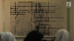 Pengunjung melintasi replika Naskah Proklamasi di Museum Perumusan Naskah Proklamasi, Jakarta, Minggu (18/8/2019). Museum ini  menjadi tempat perumusan naskah Proklamasi Kemerdekaan RI. (merdeka.com/Iqbal S. Nugroho)