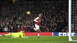 Aksi pemain Arsenals, Pierre-Emerick Aubameyang mengecoh kiper Everton saat mencetak gol pada laga Premier League di Emirates Stadium, London, (3/2/2018). Arsenal menang 5-1. (Victoria Jones/PA via AP)