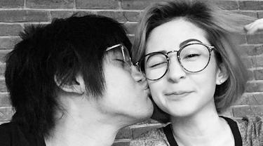 Musisi tampan, Kevin Aprilio mencium pipi sang pacar Naomi Lee. (instagram.com/naomisquirrel)