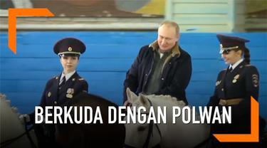 Presiden Rusia, Vladimir Putin, memperingati Hari Perempuan Internasional dengan berkuda dengan para polwan.
