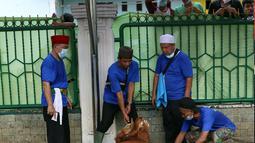 Panitia bersiap menyembelih hewan kurban di Masjid Daarul Falah, Jakarta Selatan, Selasa (20/7/2021). Umat muslim seluruh dunia serempak merayakan Hari Raya Idul Adha yang ditandai dengan pemotongan hewan kurban sehari setelah jemaah haji wukuf di Padang Arafah. (Liputan6.com/Angga Yuniar)