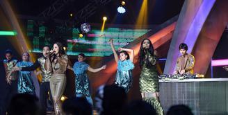 Kekompakan ibu dan anak, Maia Estianty dan Al Ghazali tidak hanya dalam keluarga. Keduanya juga kompak saat di atas panggung. Hal itu terlihat saat mengisi acara, Indonesian Social Media Awards 2016 (ISMA 2K16). (Nurwahyunan/Bintang.com)