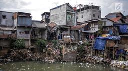 Deretan permukiman penduduk di bantaran Sungai Ciliwung, Jakarta, Senin (22/7). Balai Besar Wilayah Sungai Ciliwung Cisadane (BBWSCC) memperkirakan proyek normalisasi Sungai Ciliwung akan berjalan pada tahun 2020.  (Liputan6.com/Faizal Fanani)