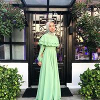 Dress panjang warna hijau pastel. (laudyacynthiabella/instagram)