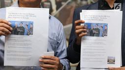 Bukti dugaan pelanggaran pemilu diperlihatkan jelang pembuatan pengaduan di Gedung Bawaslu, Jakarta, Kamis (18/10). Mereka melaporkan dugaan pelanggaran pemilu oleh menteri Luhut Binsar Pandjaitan dan Sri Mulyani. (Liputan6.com/Helmi Fithriansyah)