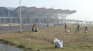 Bandara internasional Jawa Barat Kertajati menjadi sorotan setelah lingkungannya dipenuhi sampah. Hal ini disebabkan karena warga banyak yang membuang sampah tidak pada tempatnya.