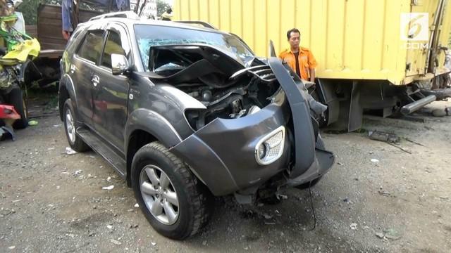 Sebuah minibus yang dikendarai pemudik alami kecelakaan di Tol Cipularang. Akibatnya 3 orang terluka parah.
