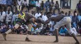 Pegulat tim dari daerah Haj Youssef dan Omdurman bersaing dalam kompetisi gulat tradisional Nuba di Ibu Kota Khartoum, Sudan, 30 Juli 2021. (Abdulmonam EASSA/AFP)