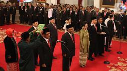 Komisioner Komisi Kejaksaan RI diambil sumpahnya saat mengikuti upacara pelantikan di Istana Negara, Jakarta, Jumat (1/11/2019). Jokowi melantik sembilan komisioner Komisi Kejaksaan RI periode 2019-2023. (Liputan6.com/Angga Yuniar)