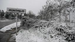Salju menutupi tanda penunjuk jalan saat hujan salju di Sirkuit de Catalunya di Montmelo di pinggiran kota Barcelona (28/2). Sirkuit ini akan digunakan untuk musim pertama tes Formula 1 Grand Prix. (AFP Photo/Josep Lago)