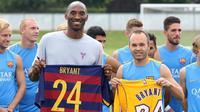 Mantan pebasket NBA, Kobe Bryant (tiga dari kiri) berpose bersama para penggawa Barcelona, beberapa waktu lalu. Bryant menyebut Barcelona lebih bagus dibanding Real Madrid.  (The Nacional)