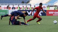 Duel Timnas Thailand U-23 kontra Timnas Indonesia U-23  di laga pembuka Grup K Kualifikasi Piala AFC U-23 2020 di Stadion My Dinh, Hanoi, Jumat (22/3/2019). (Bola.com/Dok. PSSI)