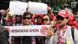 Massa pro Basuki Tjahaja Purnama atau Ahok yang tergabung dalam Komunitas Bangsa Bersatu melakukan aksi di depan PN Jakarta Utara, Senin (26/2). Mereka mendukung peninjauan kembali (PK) dan meminta Ahok dibebaskan. (Liputan6.com/Arya Manggala)