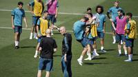 Pelatih Real Madrid, Zinedine Zidane, memimpin sesi latihan jelang laga final Liga Champions di Madrid, Selasa (22/5/2018). Real Madrid akan berhadapan dengan Liverpool. (AFP/Gabriel Bouys)