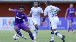 Striker Persita Tangerang, Nur Hardianto (kiri) berusaha melewati bek Bali United, Leonard Tupamahu dalam laga matchday ke-3 Grup D Piala Menpora 2021 di Stadion Maguwoharjo, Sleman, Jumat (2/4/2021). Persita bermain imbang 1-1 dengan Bali United. (Bola.com/M Iqbal Ichsan)