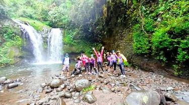 Para pengunjung terlihat riang gembira setelah menikmati sajian wisata air Curug Batu Blek Cisayong Kota Tasikmalaya, Jawa Barat.