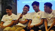 Pemain Arema, Dalmiansyah Matutu, Dedik Setiawan, Kartika Ajie dan Juan Revi seusai pawai obor Asian Games 2018. (Bola.com/Iwan Setiawan)