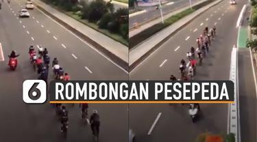 Terlihat rombongan pesepeda itu nampak melintas di tengah jalan jalur kendaraan bermotor.