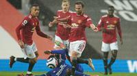 Pemain Manchester United, Juan Mata, dan rekan-rekan setimnya saat bermain di bawah guyuran hujan menghadapi Leicester City di Old Trafford, Rabu (12/5/2021). Manchester United kalah 1-2 dalam laga ini. (DAVE THOMPSON / POOL / AFP)
