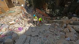 Para pekerja membersihkan reruntuhan bangunan yang rusak akibat ledakan di Beirut, Lebanon, pada 21 Agustus 2020. Warga Lebanon memulai upaya rekonstruksi menyusul ledakan pada 4 Agustus yang mengguncang Pelabuhan Beirut dan menewaskan sedikitnya 177 orang. (Xinhua/Bilal Jawich)