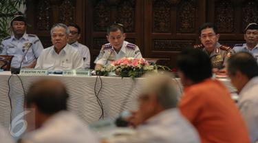 Menhub Ignasius Jonan (kedua kiri) didampingi Menteri PU-Pera, Basuki Hadimuljono melakukan rapat koordinasi dengan sejumlah pihak terkait persiapan angkutan mudik lebaran, di kantor Kemenhub, Jakarta, Selasa (30/6/2015). (Liputan6.com/Faizal Fanani)
