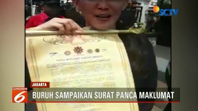 Menakertrans Hanif Dhakiri terima perwakilan buruh dari Konfederasi Rakyat Pekerja Indonesia (KRPI) menyampaikan surat panca maklumat berisi tuntutan buruh.