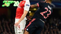 Gelandang Muenchen, Arturo Vidal (kanan) berebut bola udara dengan bek Arsenal, Héctor Bellerín pada pertandingan liga Champions di Emirates Stadium, London, Inggris  (20/10/15). Arsenal menang atas Muenchen dengan skor 2-0. (Reuters/Dylan Martinez)