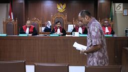 Terdakwa kasus suap dana hibah Kemenpora pada KONI yang juga Deputi IV Kemenpora Mulyana saat sidang pembacaan nota pembelaan di Pengadilan Tipikor, Jakarta, Kamis (29/8/2019). Sebelumnya, JPU KIPK menuntut Mulyana dengan hukuman 7 tahun dan denda Rp200 juta. (Liputan6.com/Helmi Fithriansyah)