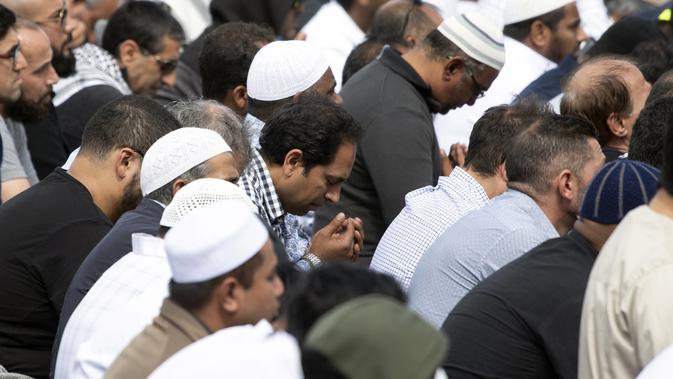 Umat Muslim berpartisipasi dalam salat Jumat di Hagley Park, Kota Christchurch, Selandia Baru, Jumat (22/3). Ibadah itu digelar sepekan selepas serangan mengerikan terhadap dua masjid di kota Christchurch yang menewaskan 50 orang. (Marty MELVILLE / AFP)