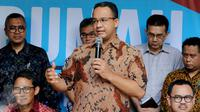 Gubernur DKI Jakarta terpilih Anies Baswedan memberi keterangan saat mengelar konferensi Pers di Rumah Borobudur, Jakarta, Senin (15/5). (Liputan6.com/Johan Tallo)