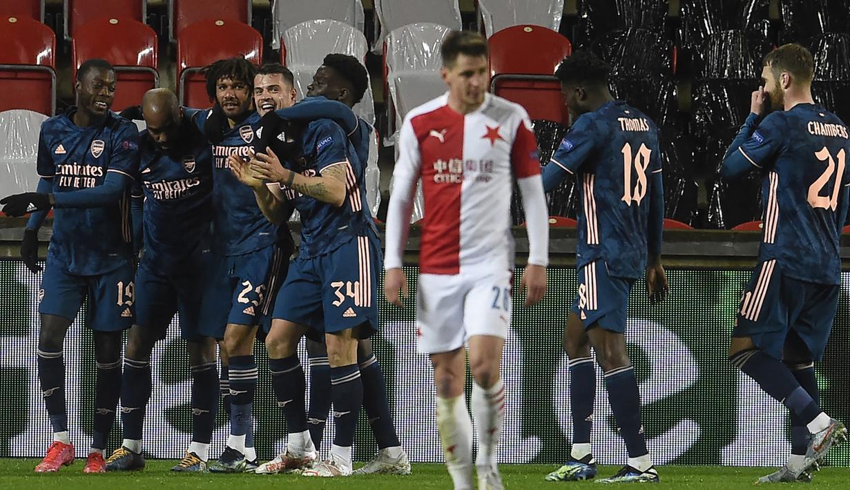 Para pemain Arsenal merayakan gol keempat ke gawang Slavia Praha yang dicetak striker Alexandre Lacazette (kedua dari kiri) dalam laga leg kedua perempatfinal Liga Europa 2020/2021 di Sinobo Stadium, Praha, Kamis (15/4/2021). Arsenal menang 4-0 atas Slavia Praha. (AFP/Michal Cizek)