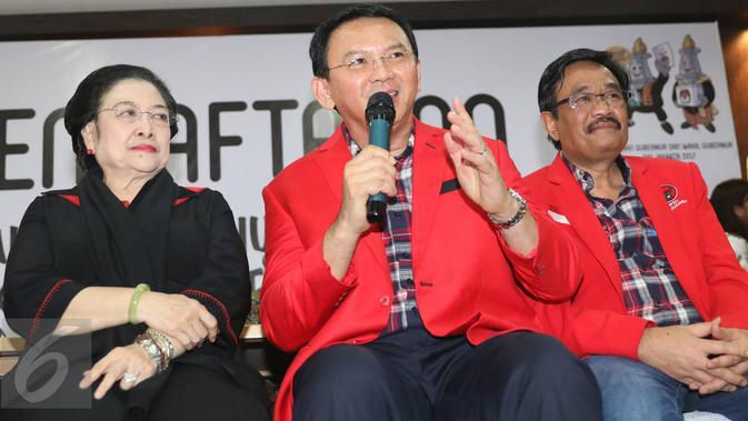 Basuki  Tjahaja Purnama (Ahok) didampingi Djarot Saiful Hidayat dan Ketum PDIP Megawati Soekarnoputri memberi keterangan usai resmi mendaftar maju pada Pilkada DKI Jakarta 2017, di KPUD DKI Jakarta, Rabu (21/9). (Liputan6.com/Immanuel Antonius)