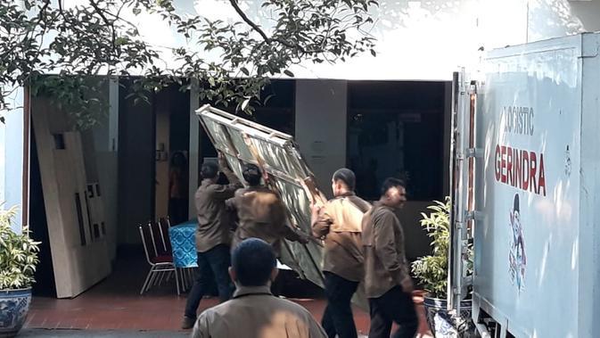 Sebuah mobil dengan tulisan 'Logistic Gerindra' mengirimkan lukisan ke rumah Megawati, Rabu (24/7/2019). Lukisan tersebut dikirim setelah Megawati menjamu Prabowo. (Intan Umbari/Merdeka.com)