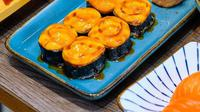 Hidangan Salmon Skin Roll yang menjadi primadona di Sushimas. (dok. Sushimas)