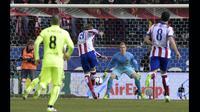 Laga baru berjalan 38 detik Fernando Torres sudah berhasil menjebol gawang Barcelona yang dikawal Marc Andre Ter Stegen. Barcelona keluar sebagai pemenang dengan skor 3-2, Spanyol, Kamis (29/1/2015). (AFP Photo)