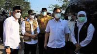 Menkes Budi Sadikin meninjau penyekatan di Jembatan Suramadu. (Dian Kurniawan/Liputan6.com)