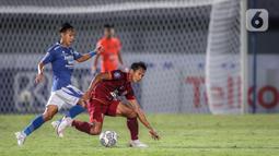 Gelandang Borneo FC Hendro Siswanto (kanan) berusaha melewati gelandang Persib Bandung Beckham Putra saat laga pekan keempat BRI Liga 1 2021/2022 di Stadion Indomilk Arena, Tangerang, Kamis (23/9/2021). Laga berakhir dengan skor 0-0. (Bola.com/Bagaskara Lazuardi)