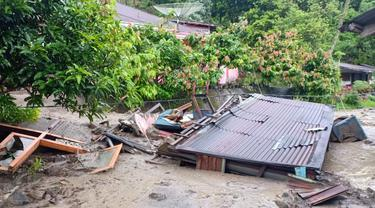 Banjir bandang menerjang daerah Guguak Kecamatan Batipuh Selatan Kabupaten Tanah Datar Sumatera Barat pada Minggu 5 April 2020.