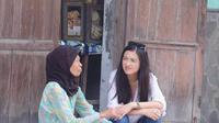 Raline Shah sedang mengobrol dengan seorang nenek di depan warung di Yogyakarta (dok. Instagram @ralineshah/https://www.instagram.com/p/BxAbM4bgNs-//Fairuz Fildzah)