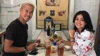 Nirina Zubir dan Ernest Fardiyan Syarif asyik makan di warteg di kawasan Kota, Jakarta Barat (Dok.Instagram/@nirinazubir_/https://www.instagram.com/p/B3oLE78g0_6/Komarudin)